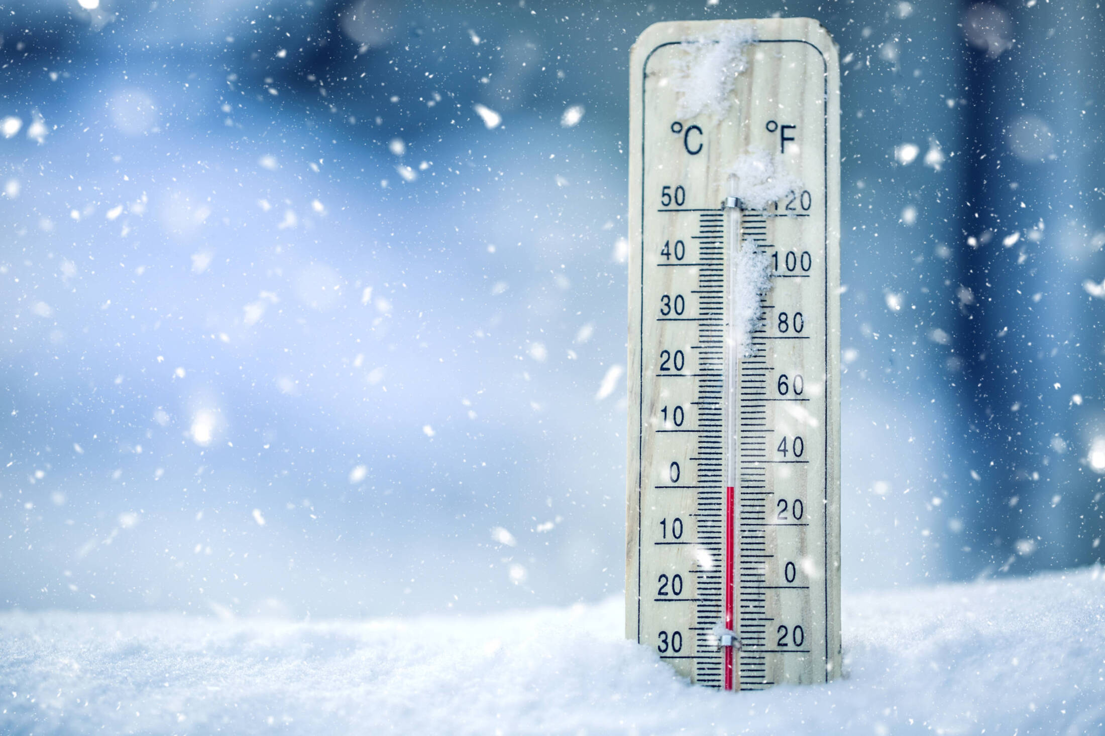 Thermometer On Snow Shows Low Temperatures – Zero. Low Temperatures In Degrees Celsius And Fahrenheit. Cold Winter Weather – Zero Celsius Thirty Two Farenheit