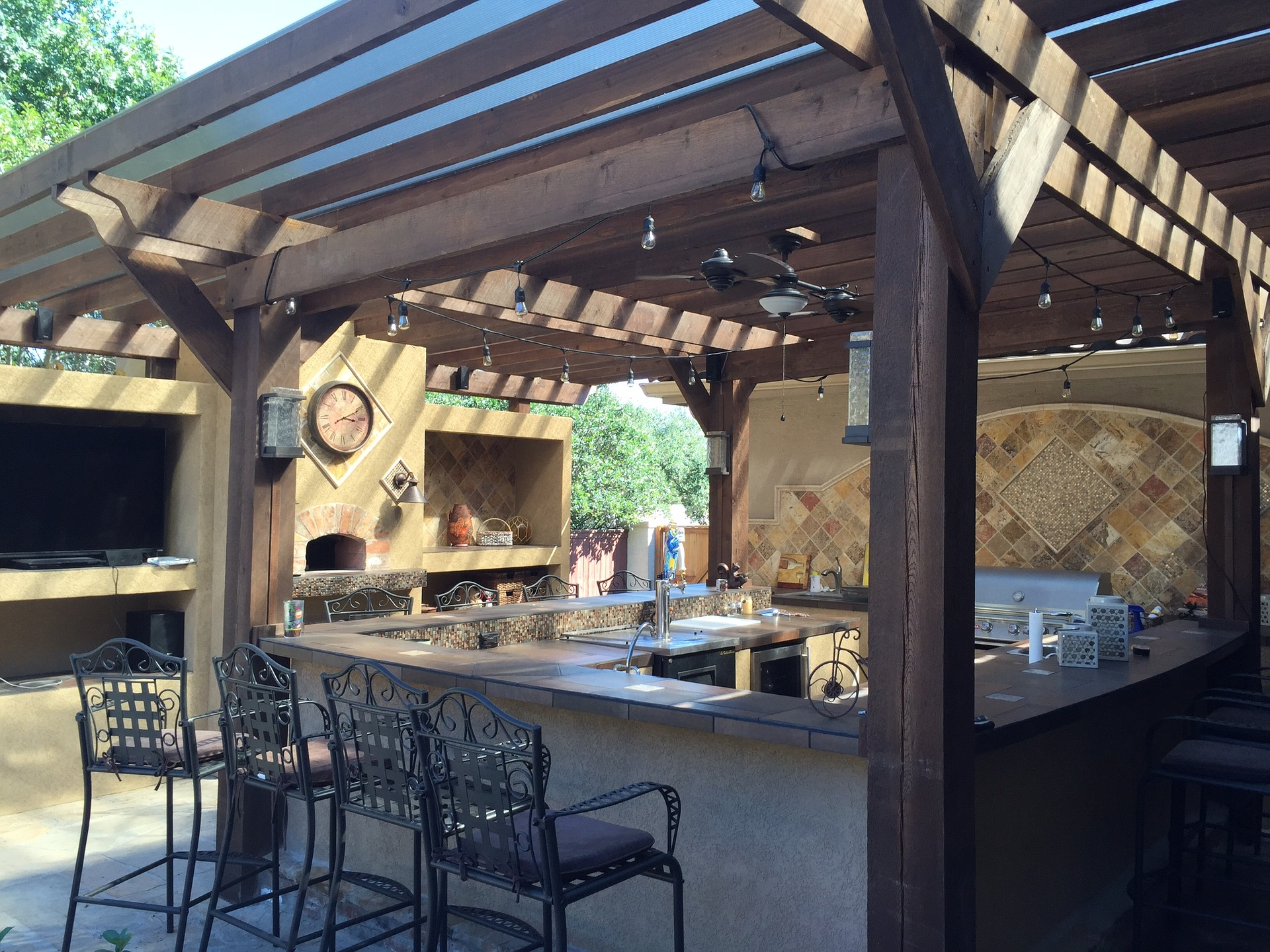 covered-patio-outdoor-bar=space